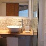 Salle de bain assez moderne et pratique