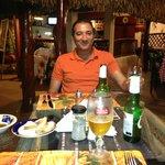 Mi amigo Lucho Gonzalez disfrutando una de las mas de 25 marcas de cerveza que ofrece Firenze.
