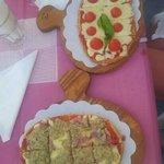 Fantastica bruschetta con crema di carciofi, pancetta, salsa di pomodoro e mozzarella fusa. L'al
