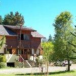 El hostel está enmarcado en un paisaje natural con una amplia vista a las montañas