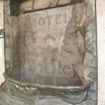 Pequena cascata de água localizada logo na entrada do hotel
