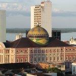 Teatro Amazonas e Rio Negro ao fundo, vistos da janela do quarto