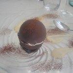 sfera di cioccolato con semifreddo al rhum e salsa al tabacco