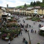 Piazza di Greve in Chianti durante festa dei fiori