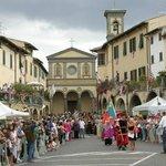 feste varie con chiesa  e suo campanile Greve in Chianti