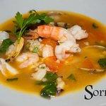 Safran-Venusmuschel-Fischsuppe mit gegrillter Jakobsmuschel, Weißwein und Petersilie