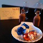 licor de chocolate con cerezas y bombones de bienvenida en la habitacion