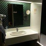 Jolie salle de bain verte avec baignoire