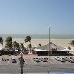 Vista panorâmica da praia de frente ao hotel.