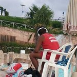 siamo sicuri che le cuffie facciano parte delle dotazioni di n bagnino in servizio in una piscin