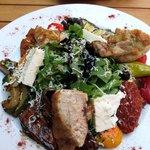 Perlhuhn mit Blattsalat und Antipasti