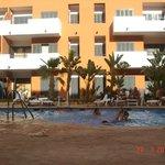 vista de piscina de adultos y edificio del apartahotel