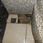 淋浴間外左下方開小洞