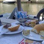Desayuno junto al canal.