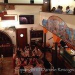 foto dal piano superiore verso la sala al piano inferiore e alla caffetteria