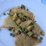 ravioli trombette violette, bottarga, zucchine e asparagi