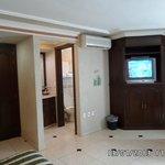 Baño, aire acondicionado y mueble de TV