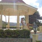 mirador de bodas: camino al puente(que está fuera del hotel)