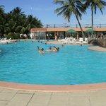 foto da enorme piscina a beira mar
