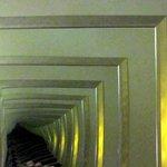 Espelhos paralelos à cama levam ao infinito