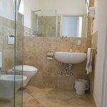 modernes und sauberes Bad