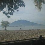 Pemandangan gunung Rajabasa dari tempat sarapan