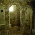 奥にシャワーがありますが使うと床が水浸しだと。飾りなのかな。