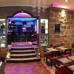Le bar du Café Gecko vu de la salle