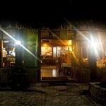 En la noche frente al restaurante
