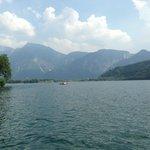 lago e monti circostanti