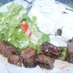 brochette de boeuf pomme de terre au four  fromage blanc salade  un régal