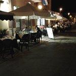 i tavolini fuori all' aria aperta di fronte alla piazza