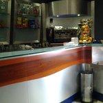 all' interno il bancone bar