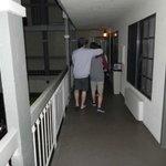 Sacada que rodeia a garagem, no 1º andar.