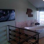 Dans la chambre, une baignoire et la télé