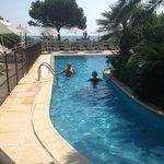la piscine pour les petits, un bras autour d'u îlot de palmiers