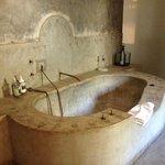 Executive suite : immense baignoire en béton ciré anachronique dans un pays manquant d'eau !