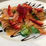 carpaccio di salmone con fragole