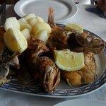 Plato variedad de pescados del lugar