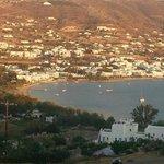 zicht op Parikia vanaf Heliolithos Blue Bay