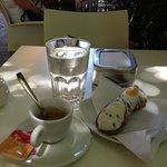 Caffe, cannolo alla crema e acqua minerale......
