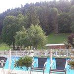 vue de la piscine extérieure depuis les fauteuils