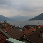 Sicht aus dem Hotelzimmer über die Dächer von Cannobio
