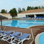 piscine extérieur et intérieur avec espace enfant  jet massant