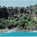 Passeio de barco ao redor da ilha, falésias rochosas da Baía do Sancho.