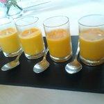 Aperitivo: zumo de tomate con albahaca.