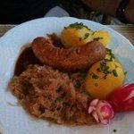 bratwurst con patate e crauti