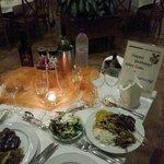 το στολισμένο τραπέζι στο dinner γιατι ειχα τα γενέθλια μου και μερικα απο τα φαγητά που βάλαμε