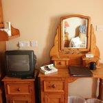 Meubles rustiques et TV minuscule.