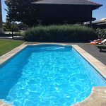 Vista de la piscina y el horreo